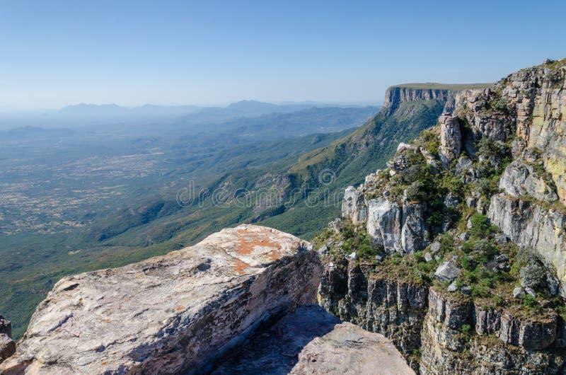Tundavala в Анголе куда плато падает спуск 1000m прямой в низменности стоковая фотография