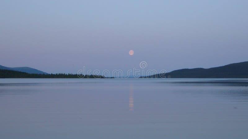 Tundra βουνά και λίμνη στην πολική Ρωσία στοκ φωτογραφία με δικαίωμα ελεύθερης χρήσης