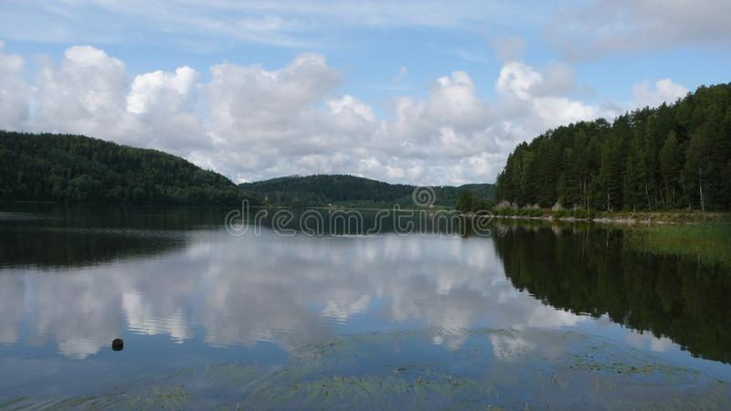 Tundra βουνά και λίμνη στην πολική Ρωσία στοκ εικόνες με δικαίωμα ελεύθερης χρήσης