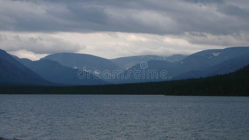 Tundra βουνά και λίμνη στοκ φωτογραφίες με δικαίωμα ελεύθερης χρήσης