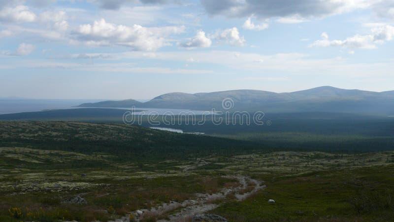 Tundra βουνά και ουρανός το καλοκαίρι στοκ φωτογραφία