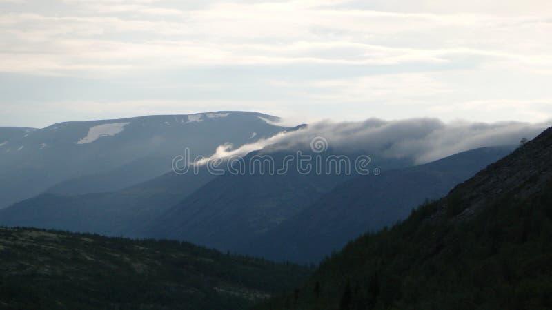 Tundra βουνά και ουρανός το καλοκαίρι στοκ φωτογραφίες