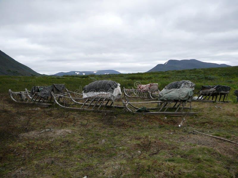 Tundra, βουνά, νεφελώδεις ουρανός και ντόπιος pulk στοκ εικόνα