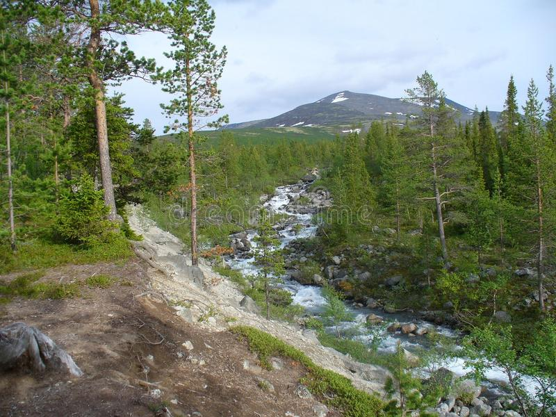 Tundra, βουνά, ποταμός και σύννεφα στοκ εικόνα