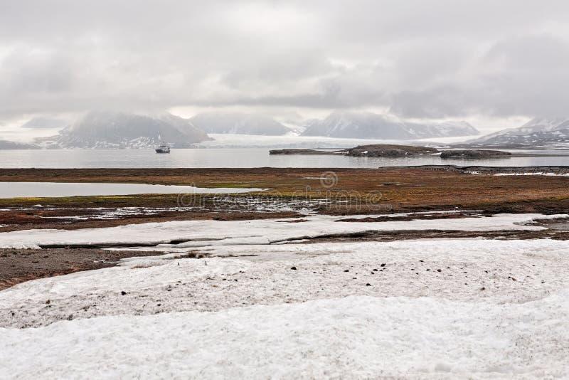 Tundra e montanhas de Ny Alesund, ilhas de Svalbard fotos de stock