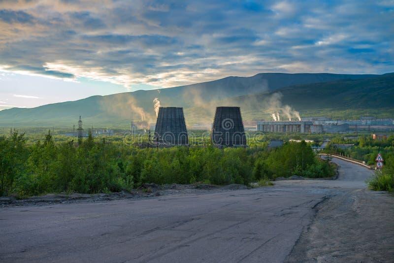 Tundra hermosa y salvaje del ártico en Rusia y planta industrial Los trabajos lanzan su basura en la atmósfera fotografía de archivo