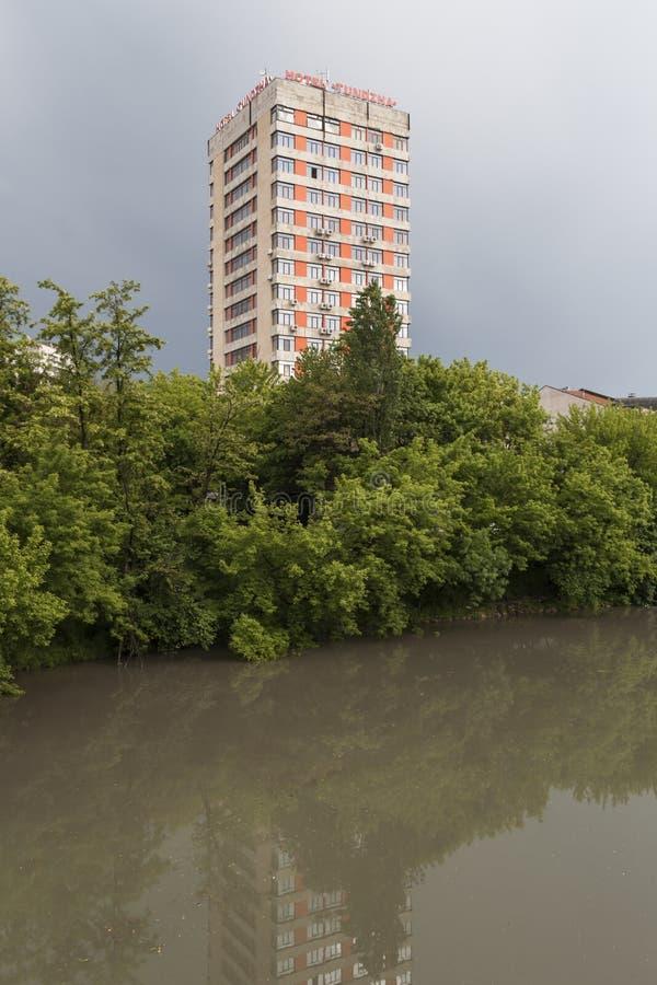 Tundzha-Fluss, der durch die Stadt von Yambol, Bulgarien ?berschreitet lizenzfreie stockfotografie