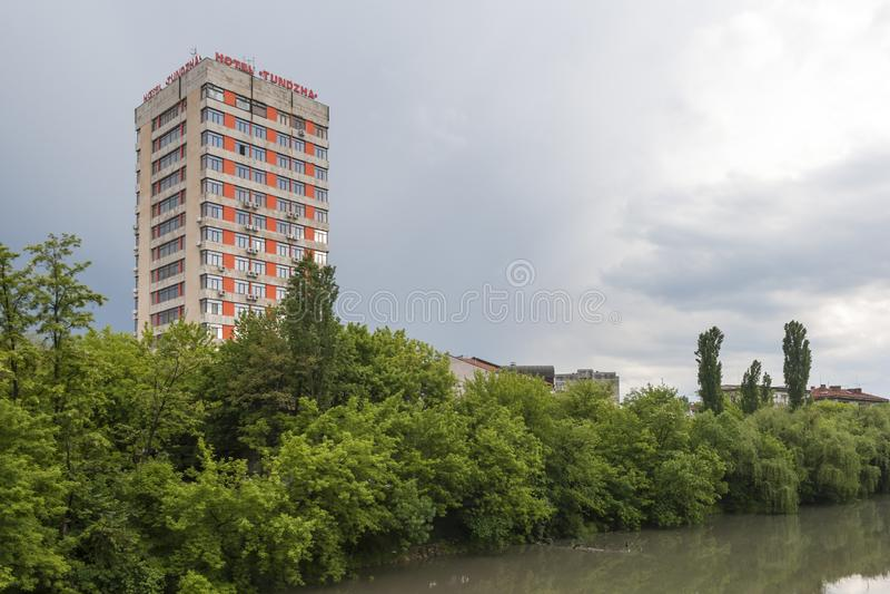 Tundzha-Fluss, der durch die Stadt von Yambol, Bulgarien ?berschreitet lizenzfreies stockfoto