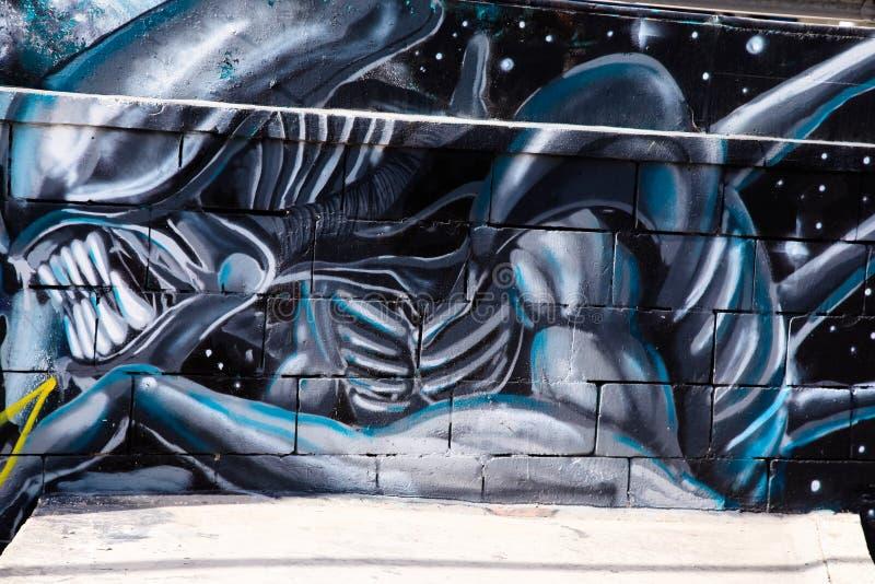 Tunel de souterrain avec le graffiti de l'étranger sur le mur image stock