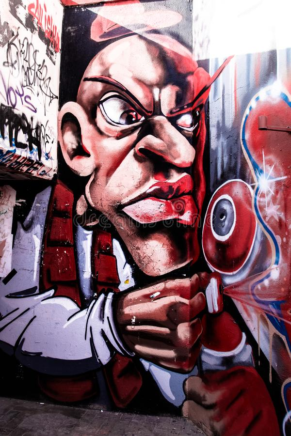 Tunel de souterrain avec le graffiti pulvérisant sur le mur photographie stock