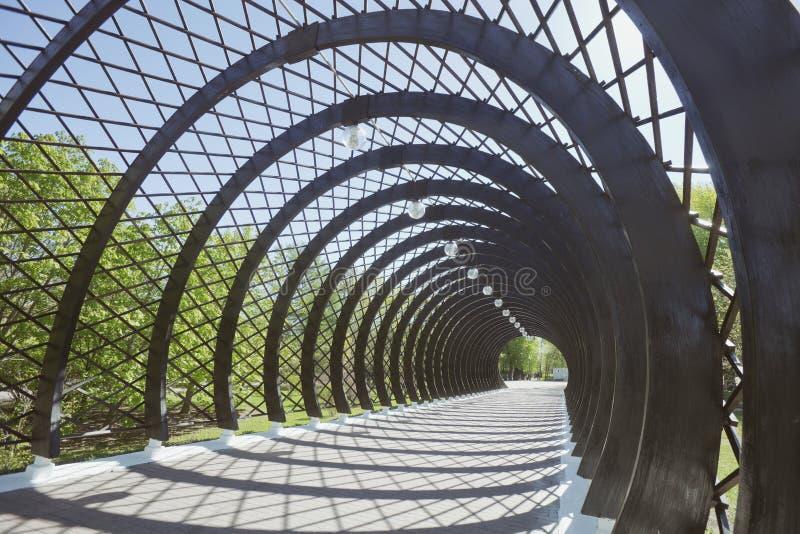 Tunel przed zwyczajnym Andreevsky mostem w Moskwa zdjęcia stock
