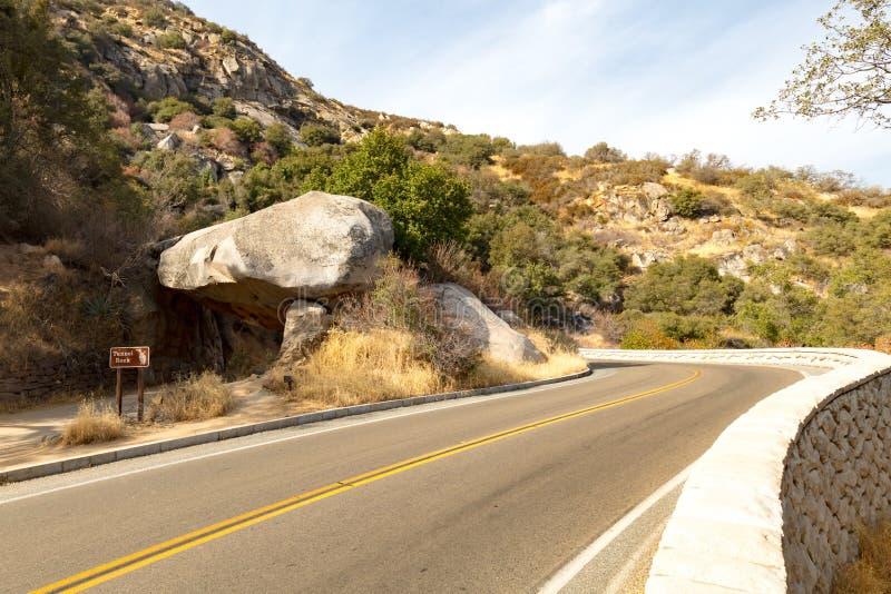 Tunel skała przy sekwoja parkiem narodowym fotografia stock