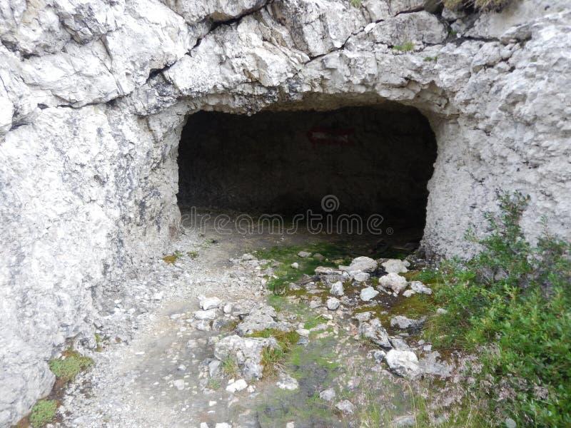 Tunel velho da guerra em sass di stria nas dolomites fotos de stock