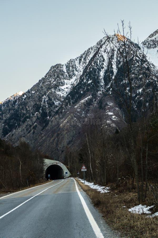 Tunel w Europejskich Alps podczas zimy obraz royalty free