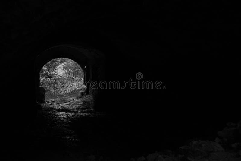 tunel w starej grodowej ruinie obrazy stock