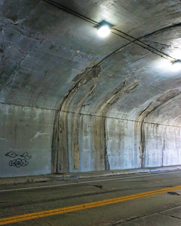 Tunelowe pęknięcie odcieku ściany i sufit fotografia stock
