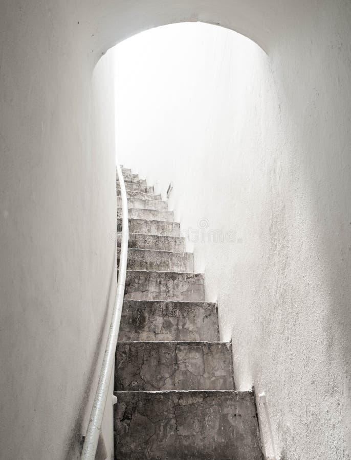 Tunelowy spaceru sposób jest światłem słonecznym zdjęcia royalty free