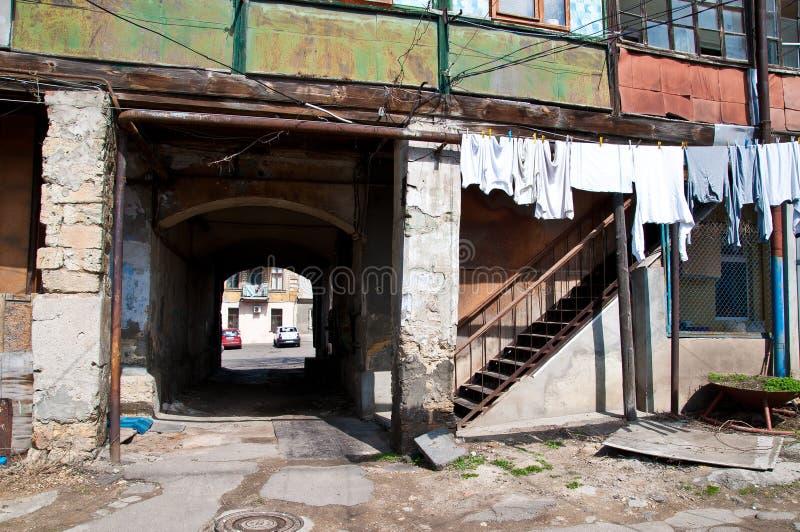 Tunelowy wejście w starego autentycznego Odessa podwórze w Ukraina obrazy stock