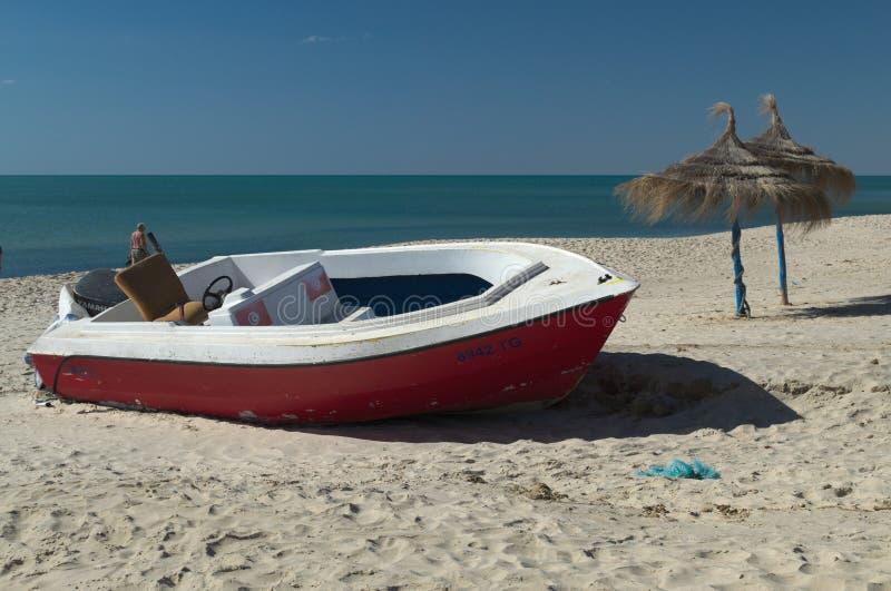 TUNESIË, YASMINA HAMMAMET-APRIL 27, 2019: plezierboot op het strand royalty-vrije stock foto