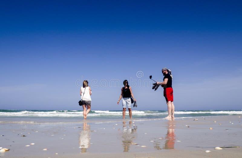 Tunezja - 05/25/2019 - fotografowanie przyjaciół używających samoika przy morzu obraz stock