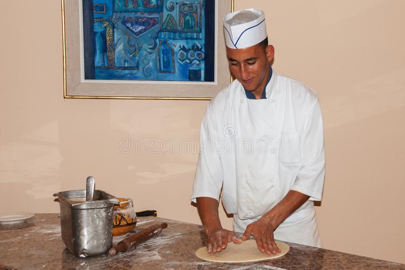 Tunezja Mahdia, Czerwiec, - 20, 2009: Arabski restauracyjny szef kuchni przy hotelem fotografia royalty free