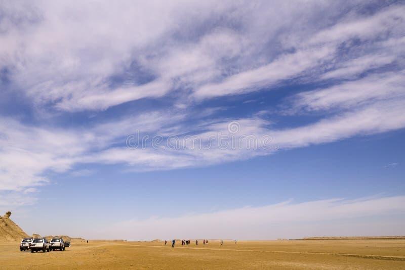 Tunezja, Sahara - 05/22/2019 - jeep na pustyni fotografia royalty free