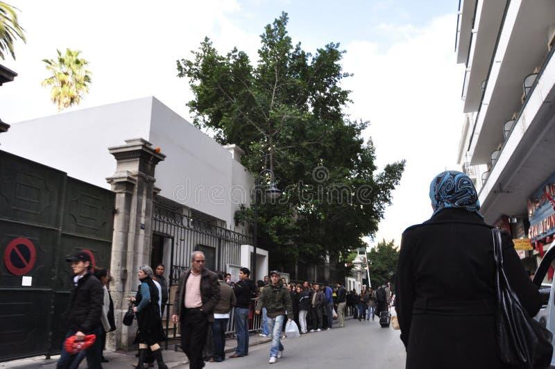 Tunezyjczyków ludzie queing przed ambasadą francuską - czekać na wizę podróżować Europa obraz stock