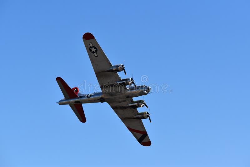 Tung bombplan för B--17Gflygfästning royaltyfri foto