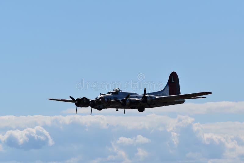 Tung bombplan för B--17Gflygfästning royaltyfri bild