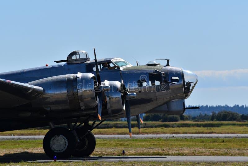 Tung bombplan för B--17Gflygfästning royaltyfri fotografi