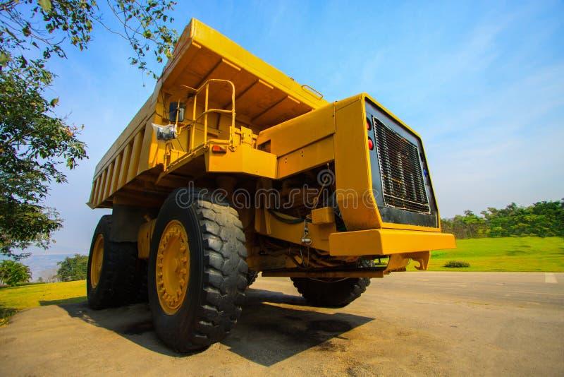 Tung bryta lastbil, i min och körning längs det dagbrotts- fotoet av den stora min lastbilen, karriärskurkroll-påfyllning den top royaltyfria foton