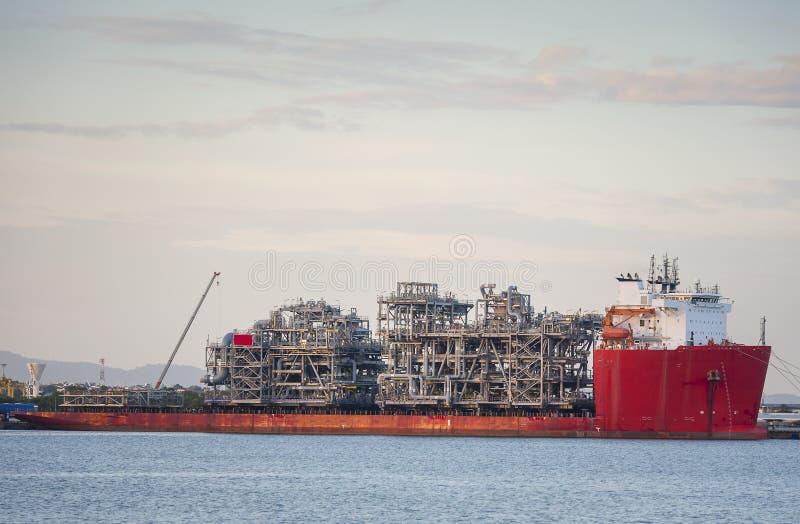 Tung elevatorlastfartygpråm som transporterar en oljeplattformplattform arkivbild