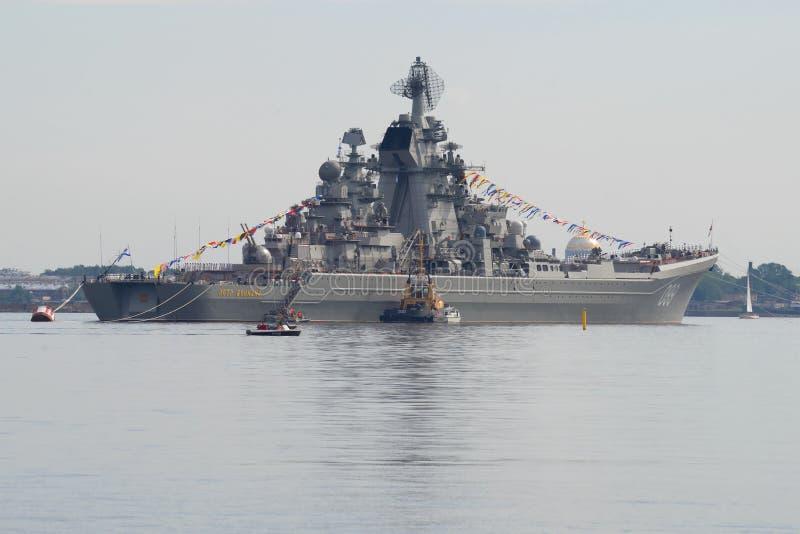 Tung kryssare` Peter för kärn- missil den stora `en på den Kronstadt redden royaltyfri foto