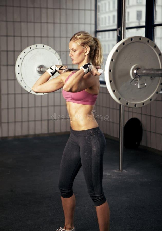 tung lyftande viktkvinna för kondition royaltyfria foton