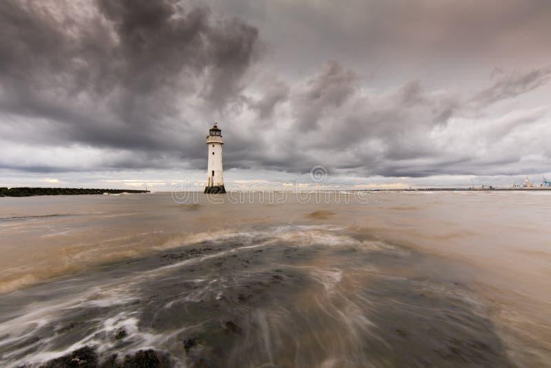 Tung molnig lögn över nya Brighton Lighthouse royaltyfri foto