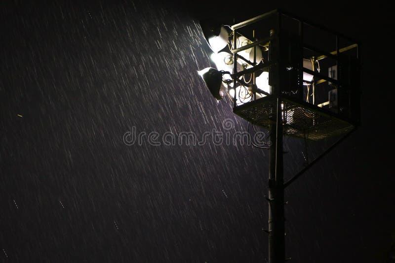 tung nattregnstrålkastare royaltyfri foto