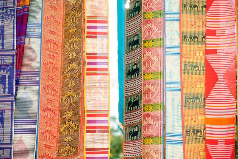 - Tung o bandera tradicional de Lanna en la ejecución de Tailandia para adornado imágenes de archivo libres de regalías