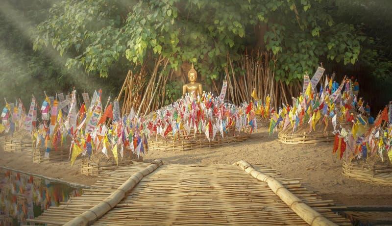Tung o bandera tradicional tailandesa septentrional en pagoda de la arena en festival del songkran foto de archivo libre de regalías
