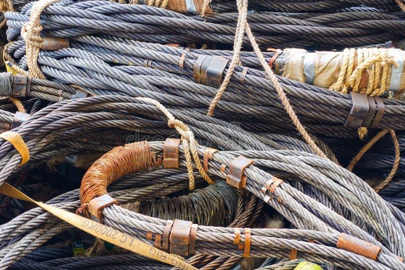 Tung rem för ståltrådrep i konstruktionsplats på offshor arkivfoto
