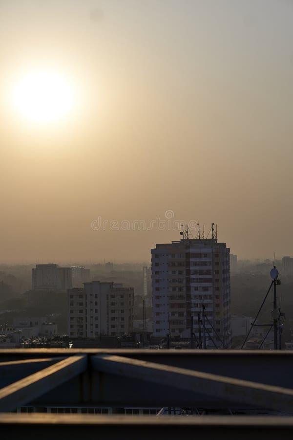 Tung smog i Dhaka väl som är synlig i solljus royaltyfria foton
