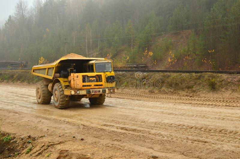 Tung stor villebråddumper Stora hjul Arbetet av konstruktionsutrustning i den bryta branschen Användbara mineraler för produktion royaltyfri foto