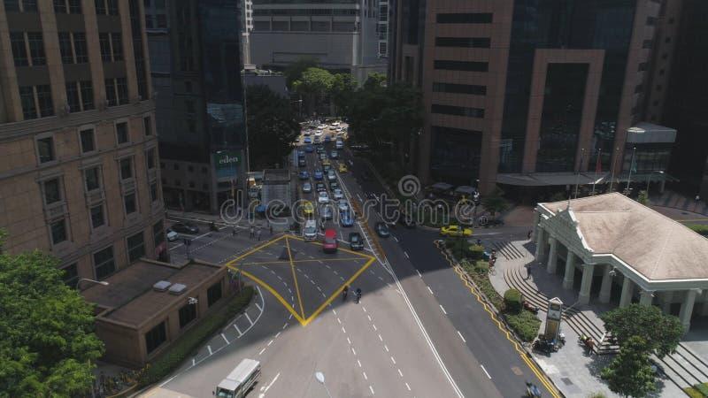 Tung trafik som går till och med de centrala gatorna av Singapore skjutit Upptagna vägar i Singapore i rusningstid på härligt arkivbild
