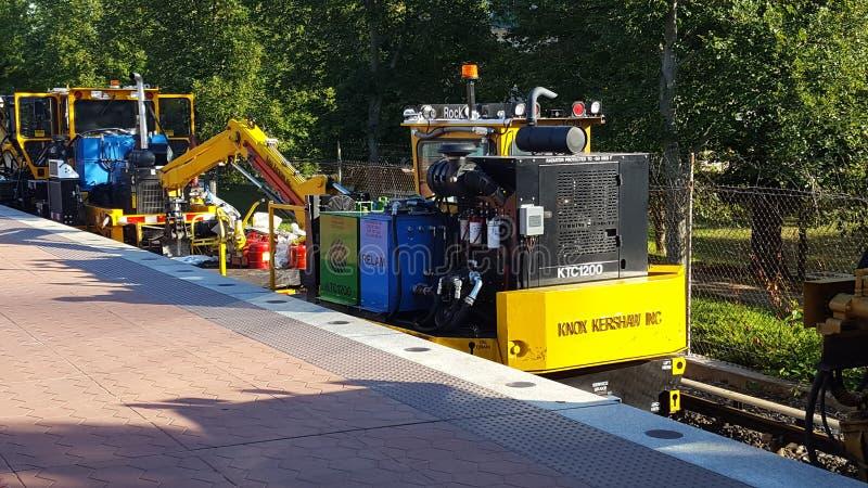 Tung utrustning som används för svallvåg 7 för WMATA Safetrack på den Rockville stationen arkivbilder