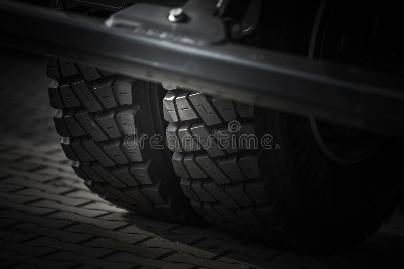Tunga lastbilgummihjul royaltyfri bild