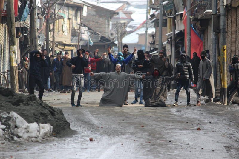 Tunga sammandrabbningar får utbrott i den Sopore staden efter fredagsböner arkivfoton