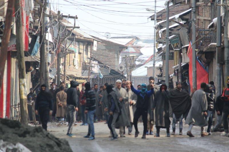 Tunga sammandrabbningar får utbrott i den Sopore staden efter fredagsböner royaltyfri bild