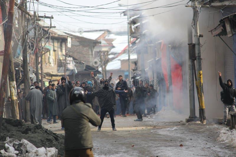 Tunga sammandrabbningar får utbrott i den Sopore staden efter fredagsböner royaltyfri foto
