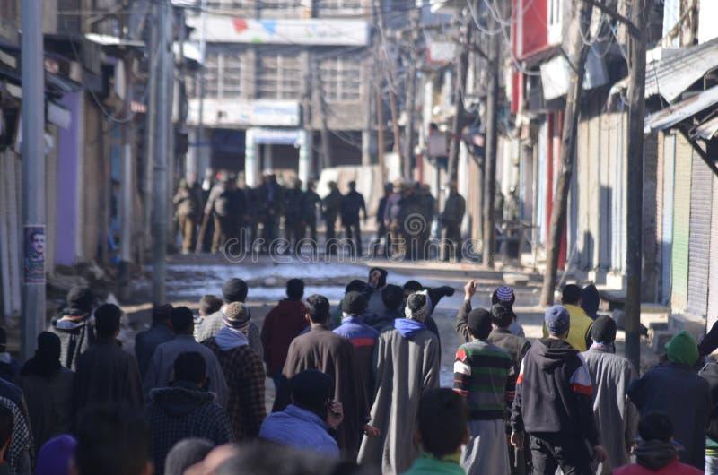 Tunga sammandrabbningar får utbrott i den Sopore staden efter fredagsböner på Sopore arkivbild