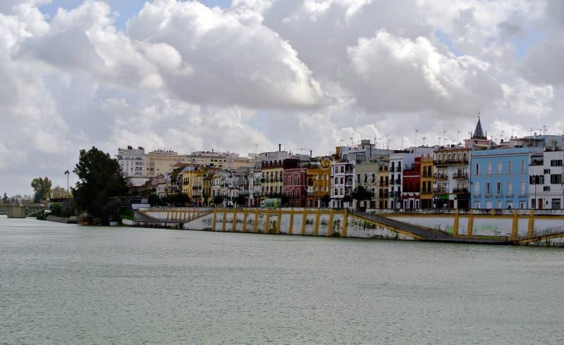 Tunga volymetriska moln över den Guadalquivir flodlinjen i Seville royaltyfri bild