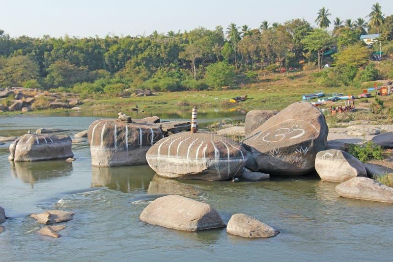 Tungabhadra flod i byn av Hampi stor sten Tropiskt exotiskt landskap Härlig grön dal ovanför sikt royaltyfri fotografi